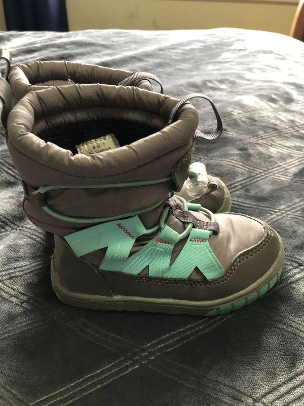Little girls snow boots. Size 7.