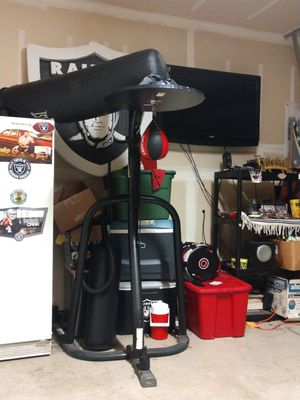Punching bag stand with Everlast punching bag & new speed bag & new swivel for Sale in Dinuba, CA