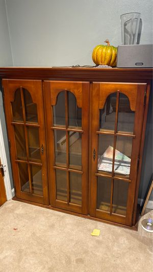 Beautiful antique china cabinet. Also has lights inside the cabinet. for Sale in Tarentum, PA