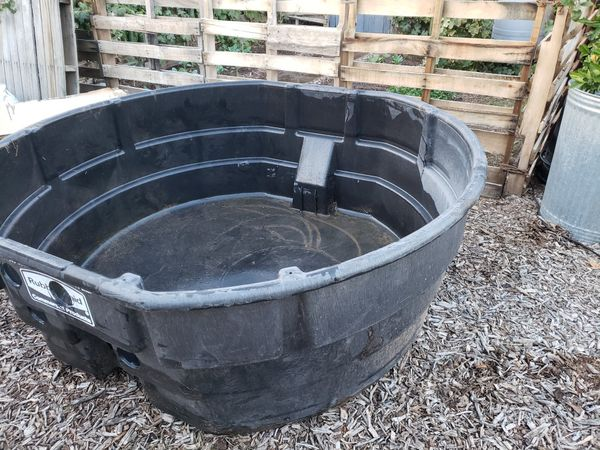 300 gallon Rubbermaid commercial Stock tank for Sale in