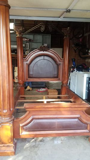 4 post queen bed frame for Sale in Modesto, CA