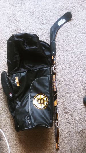 Boston bruins Youth right shot hockey stick. With boston bruins regular and extended duffle bag for a lil extra room plus a side pocket for Sale in Phoenix, AZ