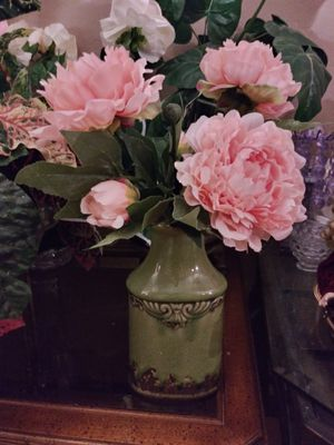 """VINTAGE VASE W/ARTIFICIAL FLOWERS 23"""" NORMAL WEAR. CLEAN $20.00 FIRM ENGLISH-SPANISH for Sale in Mesa, AZ"""