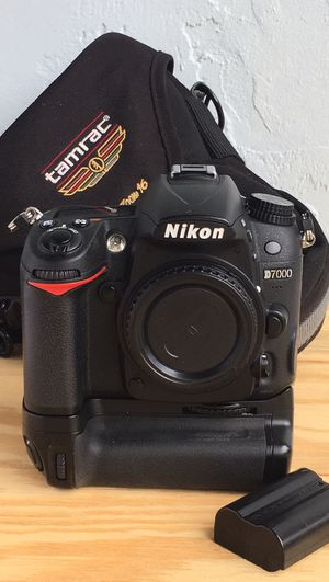 Nikon D7000 DSLR w MB-D11 Excellent+ for Sale in Pembroke Pines, FL