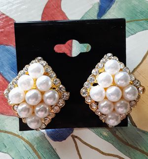 New goldtone faux pearl stud earrings with faux diamond acrylic rim for Sale in Fullerton, CA