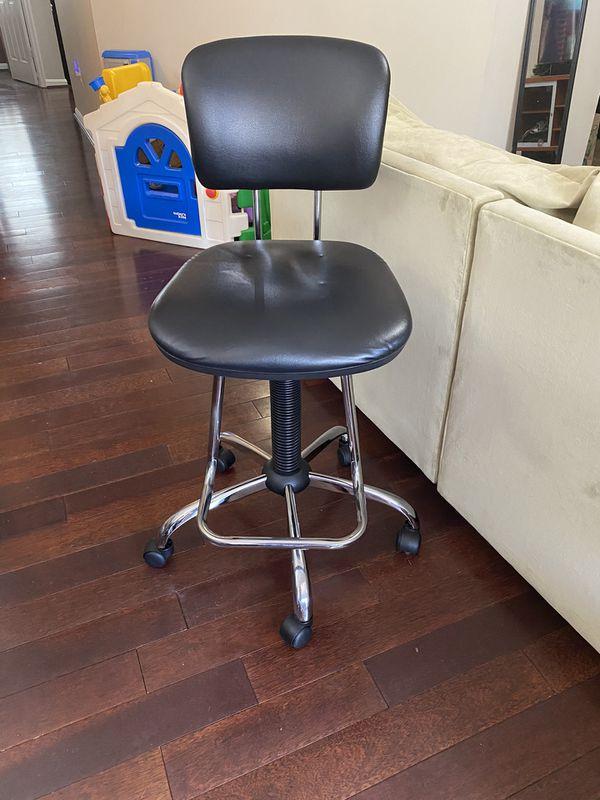 Adjustable bar height chair