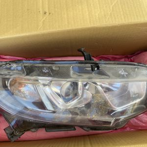 10th Gen Honda Civic Passenger Side Headlight for Sale in Parlier, CA