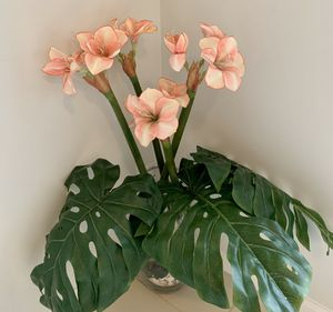 Fake Flowers 🌺 4 Faux Hibiscuses 🌺 w/ 3 Faux Palm Fronds in Glass Vase for Sale in Boca Raton, FL