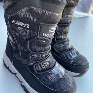 Boys Snow Boots Size 1 for Sale in Bell, CA