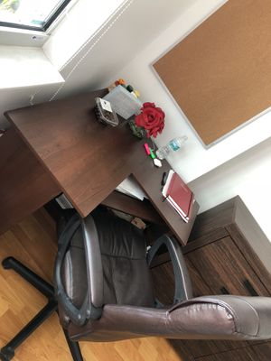 Desk and chair for Sale in Miami, FL