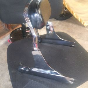 ABSOLUTELY LIKE NEW HARLEY DAVIDSON CHROME QUICK RELEASE PASS BACK REST LEATHER PAD for Sale in Cleveland, OH