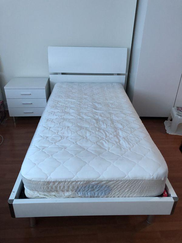 2 camas Twin de madera blanca con colchón y mesita de noche