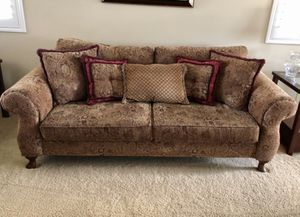 Beautiful couch with accent pillows for Sale in Rancho Cucamonga, CA