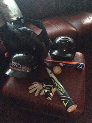 2 baseball bats,2 cascos, 1 mochila y un par de guantes for Sale in Hayward, CA