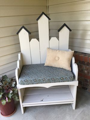 Birdhouse Outdoor Bench with Pad & Pillow for Sale in Kennewick, WA
