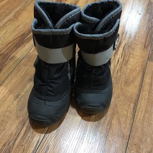 snow boots toddler Size 7 for Sale in Dallas, TX