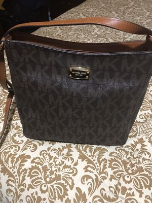 Michael Kors medium size messenger shoulder bag Gently used great condition $125.00 for Sale in Shorewood, IL