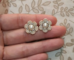Kate Spade floral studs earrings gold for Sale in Austin, TX