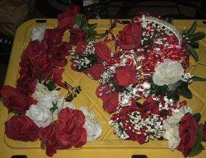 One preowned basket bouquet and 4 hand bouquets and lots of loose roses located off lake mead and jones area asking $3 for all for Sale in Las Vegas, NV