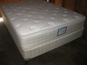 $200 Excellent condition Queen size bed set + ( Free delivery ) for Sale in La Mesa, CA