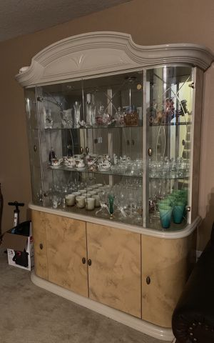 China Cabinet for plates/tea pots and other decor for Sale in Brandon, FL
