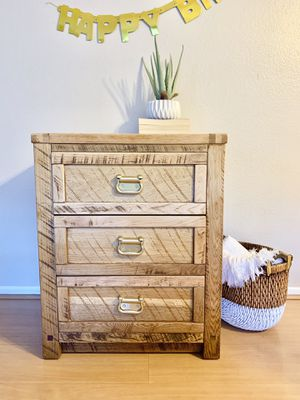 Night stand / small dresser for Sale in Los Angeles, CA