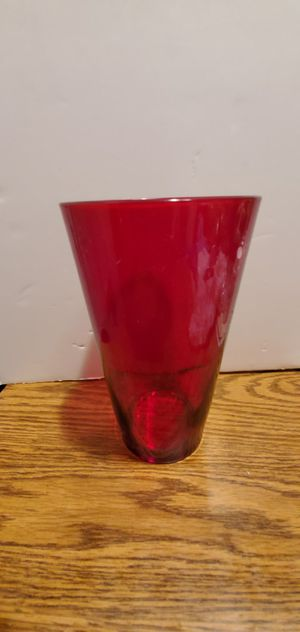 """RED GLASS FLOWER VASE 8"""" INCHES TALL PRE-OWNED A TEDDY BEAR BONUS for Sale in Lynwood, CA"""
