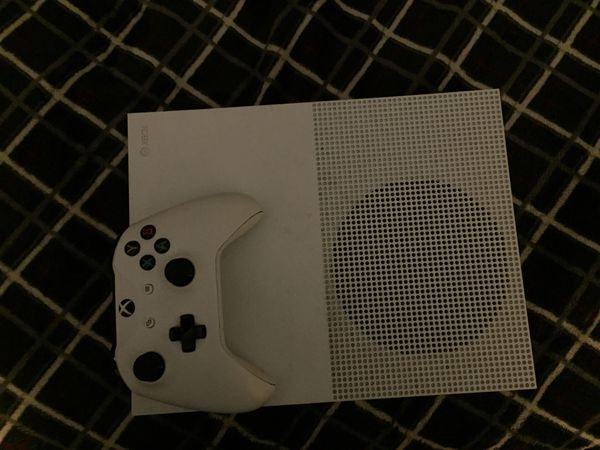Xbox One S + 1 Controller + the HDMI cord and the plug cord