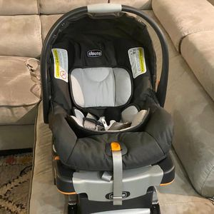 Baby car seat chicco for Sale in Burlington, MA