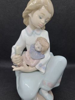 """Lladro """"Thoughtful Caress"""" 5990 Porcelain Figurine for Sale in Beavercreek,  OR"""