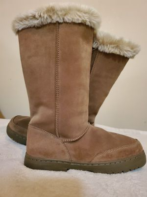 WOMEN'S WINTER BOOTS WITH THE FUR for Sale in North Little Rock, AR