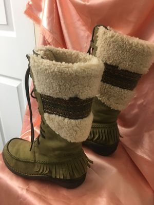 Very comfortable style boots UGGS real leather, real sheep fur, excellent foot pad. I bought them for $220 they're in great condition. Size 6. and wi for Sale in North Miami, FL
