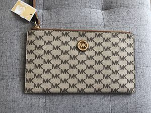 NWT Michael Kors Large wristlet for Sale in Colorado Springs, CO