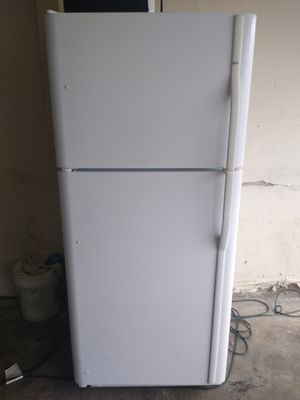 REFRIGERATOR APARTMENT SIZE COLOR WHITE for Sale in Windsor Hills, CA