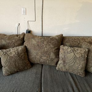 Free Oversized Couch for Sale in Menifee, CA