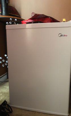 White midea mini fridge for Sale in Columbia,  SC