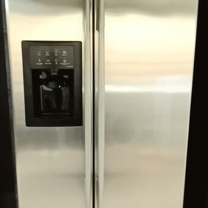 GE SXS COUNTER DEPTH STAINLESS STEEL REFRIGERATOR for Sale in Upland, CA
