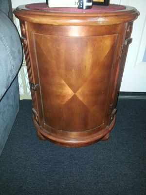 Round side table for Sale in Mount Hamilton, CA
