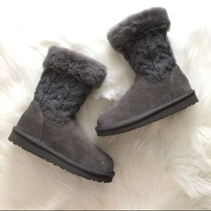 UGG BOOTS gray color Juniper NEW in box never wear for girl size 1 for Sale in Oak Lawn, IL