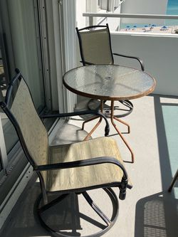 Free Table And chairs for Sale in Miami,  FL