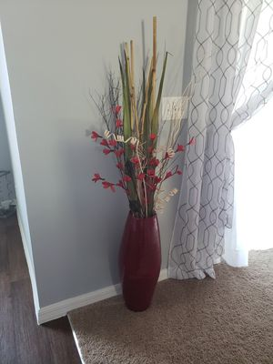 Beautiful Red Vase for Sale in Dundee, FL