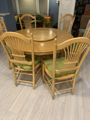 Beautiful Maple Round Dining Table for Sale in Wantagh, NY