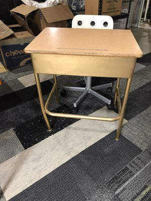 26in kids desk and chair for Sale in Skokie, IL