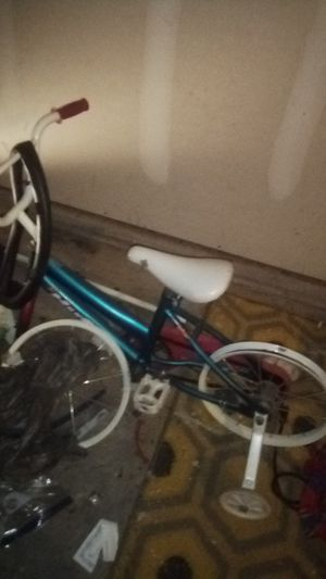 Little girls huffy bike w training wheels. for Sale in Burleson, TX