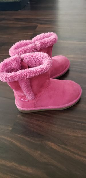 Lil girls pink fuzzy boots for Sale in San Jacinto, CA