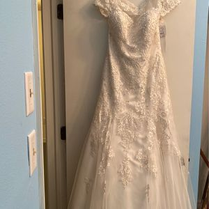 NEVER WORN Wedding Dress , Veil, Fit & Flair Slip for Sale in Land O Lakes, FL