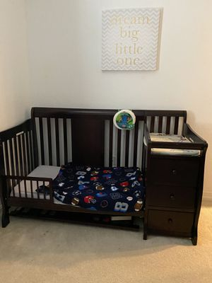 4 in 1 Convertible Crib w/ 3 drawers, Changing table and storage for Sale in Miramar, FL