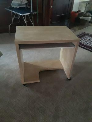 Small computer desk for Sale in Hayward, CA