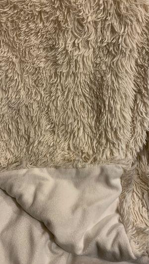 Xhilaration Faux Fur Throw Blanket for Sale in Kennesaw, GA