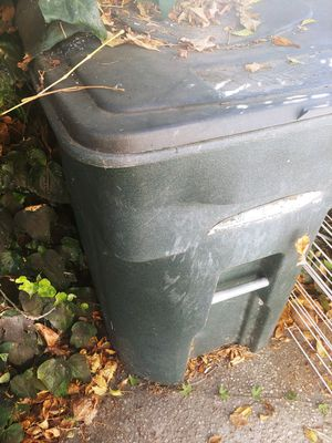 Toter 48 gal. Polyethylene Wheeled Garbage Can Lid Included trash, for Sale in Lomita, CA